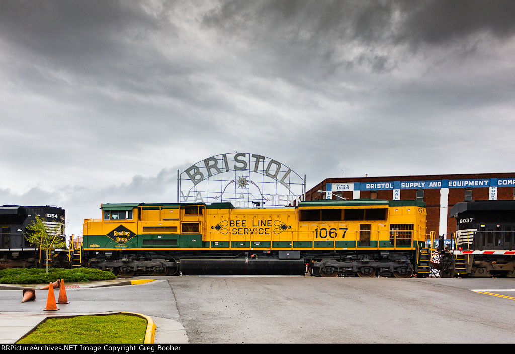 NS 1067 Reading Heritage in Front of the Bristol Sign