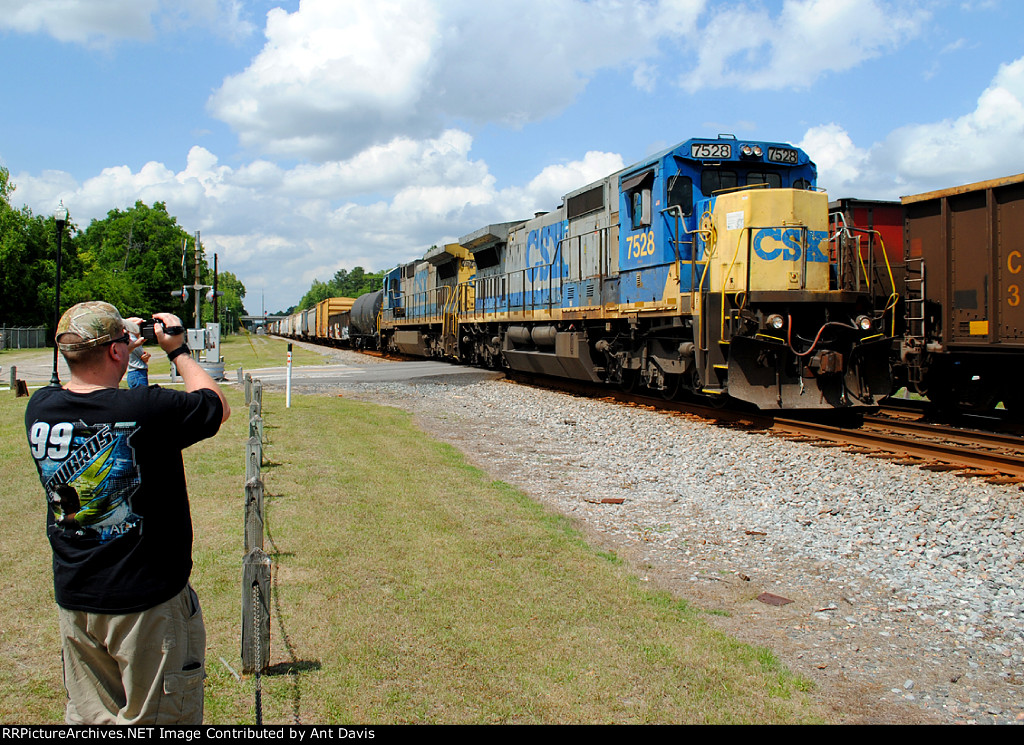 CSX 7528 on the point of a Florida bound manifest