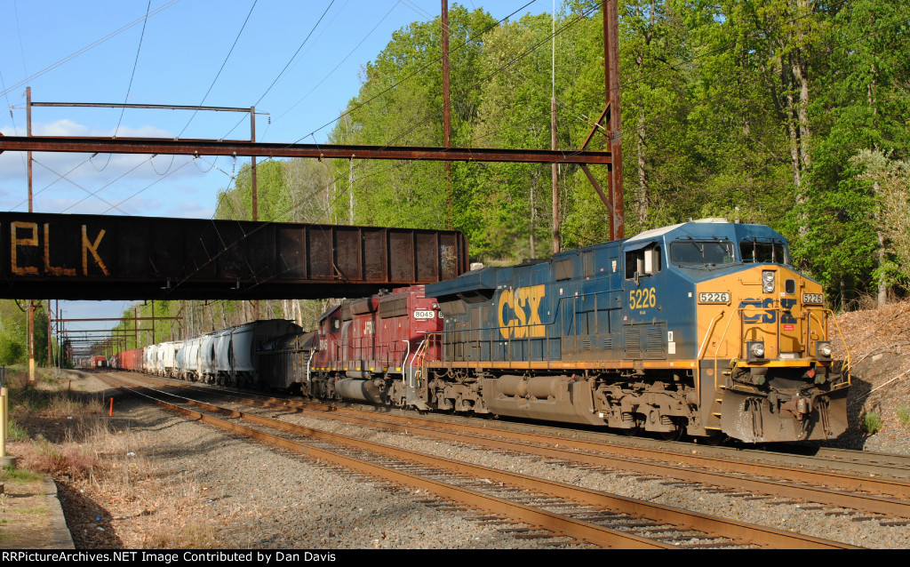CSX ES40DC 5226 and JFDX SD40-2 8045 on Q439-27