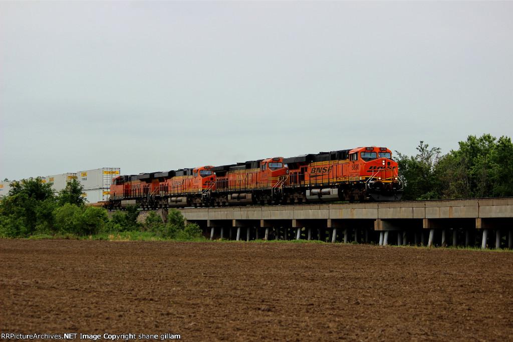 BNSF 5830 rips a hotshot z nbywsp9 for Chicago.