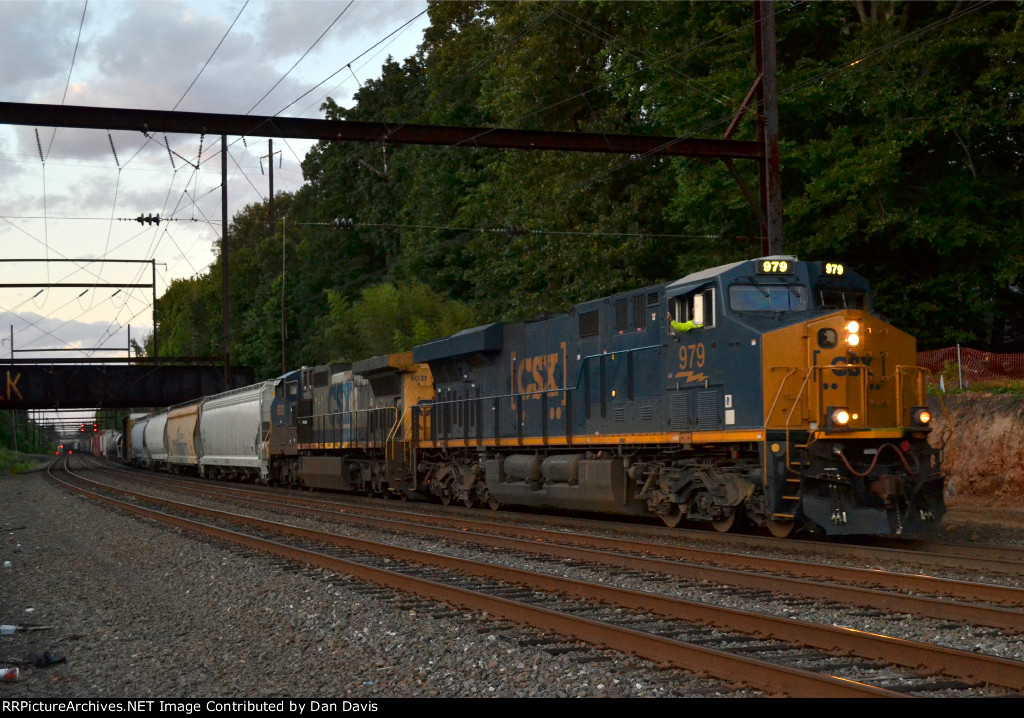 CSX ES44AH 979 YN3b leads Q409-25