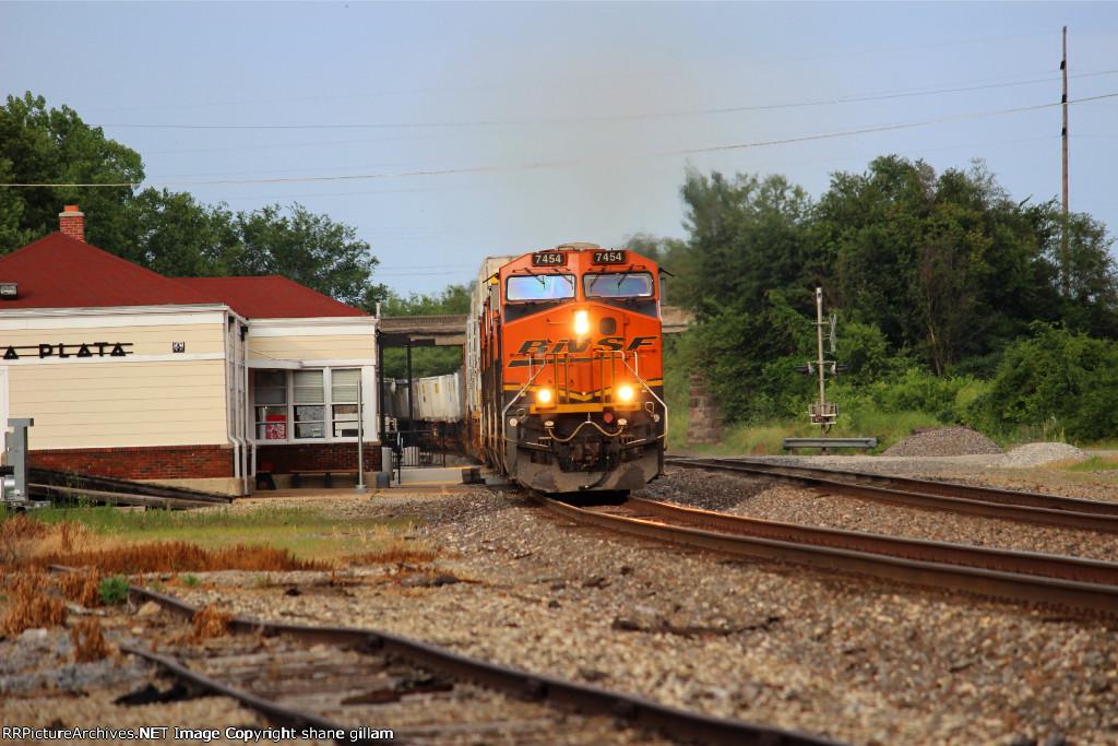 BNSF 7454 runs westbound on the ex santa fe train 199.
