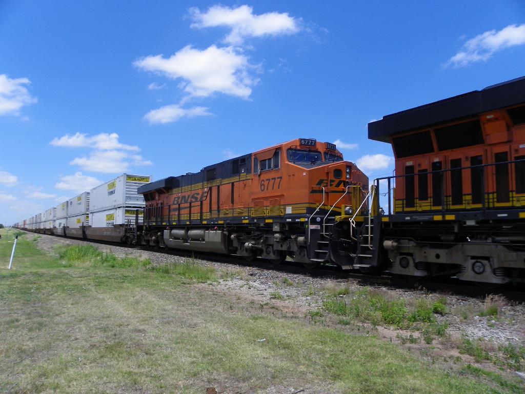 BNSF ES44C4 6777
