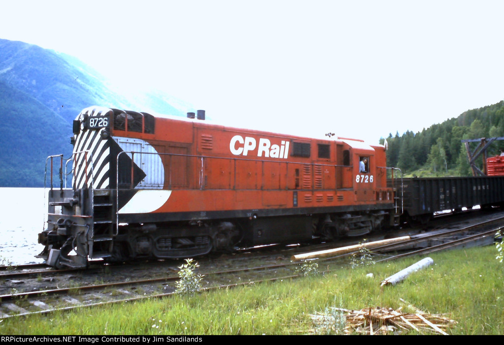 CP 8726 switching the car barge