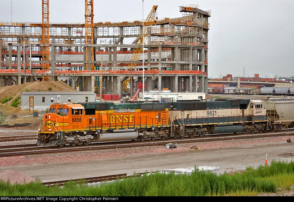 BNSF 8856 and BNSF 9621 Lead M-LINLIN1-09