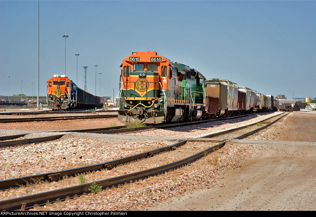 BNSF 8616 and BNSF 2304