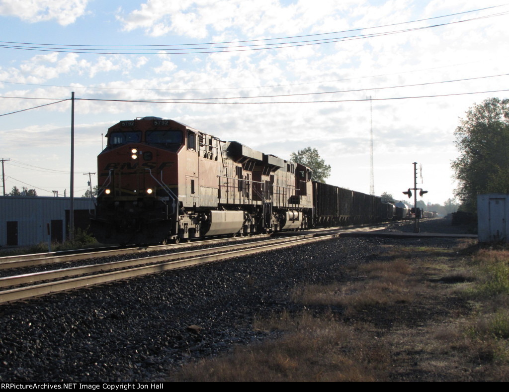 After working the yard east of town, BNSF 5792 & 6090 get moving westward again with Q509
