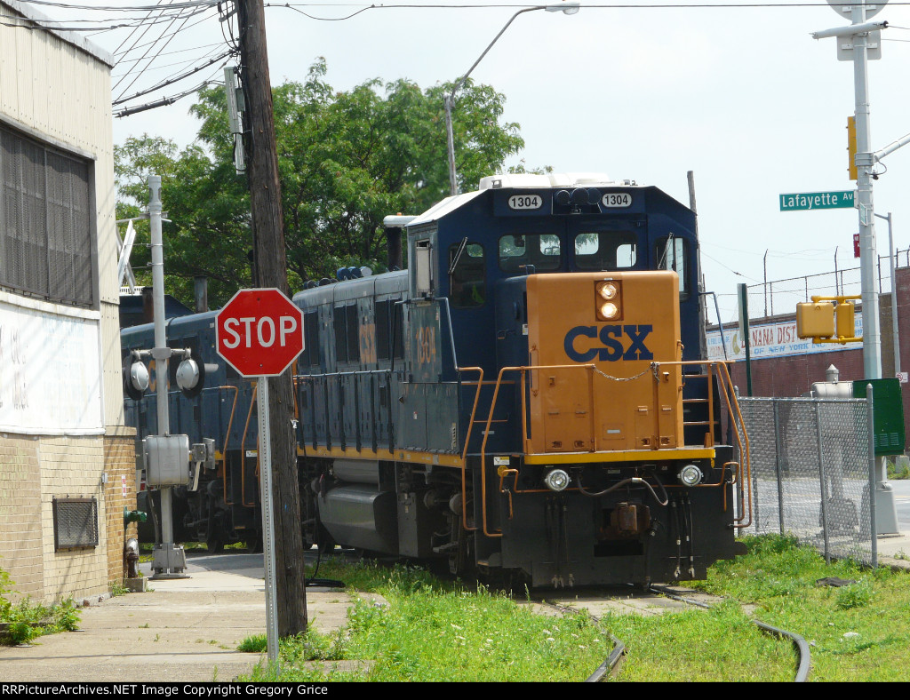 CSX 1304 Reversing into the Market Yard