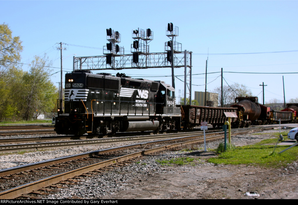 NS 5824 - Norfolk Southern with Hot Metal Car Train