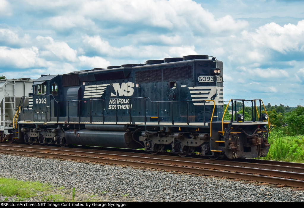 NS 6093 / SD40-2 on the way to the SC Inland port.