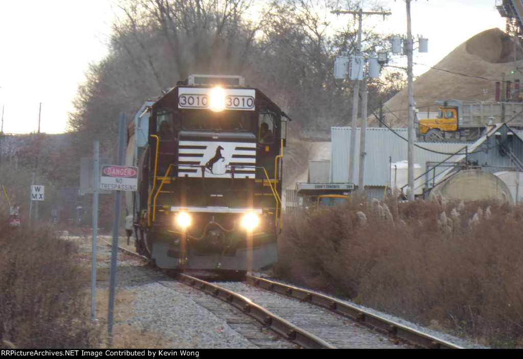 NS GP40-2 3010 working the M&E (Lackawanna) Chester Branch