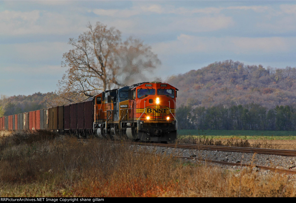 BNSF 9986 is seen Heading sb along the Bluffs of the Mississippi river.