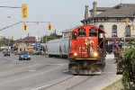 L580's conductor looks on as his train rolls south through the curve in the northbound lanes of Clarence St