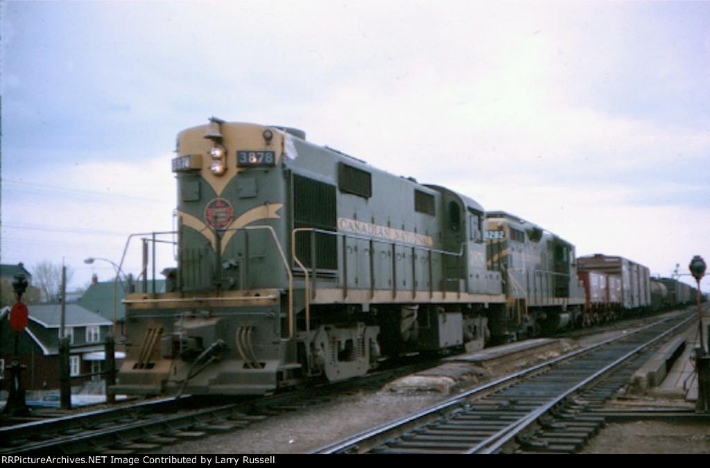 CN 3878 rolls north into North Bay