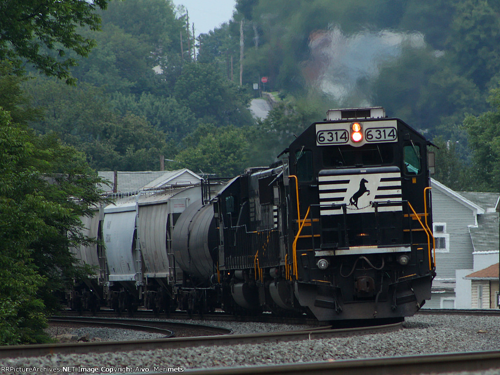 Four SD40Es shove an eastbound manifest