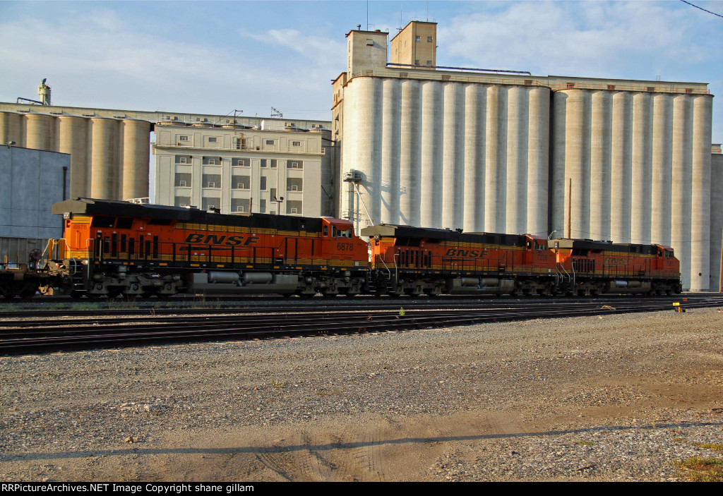 BNSF 7583 takes charge of a EB stack past the grain towers.