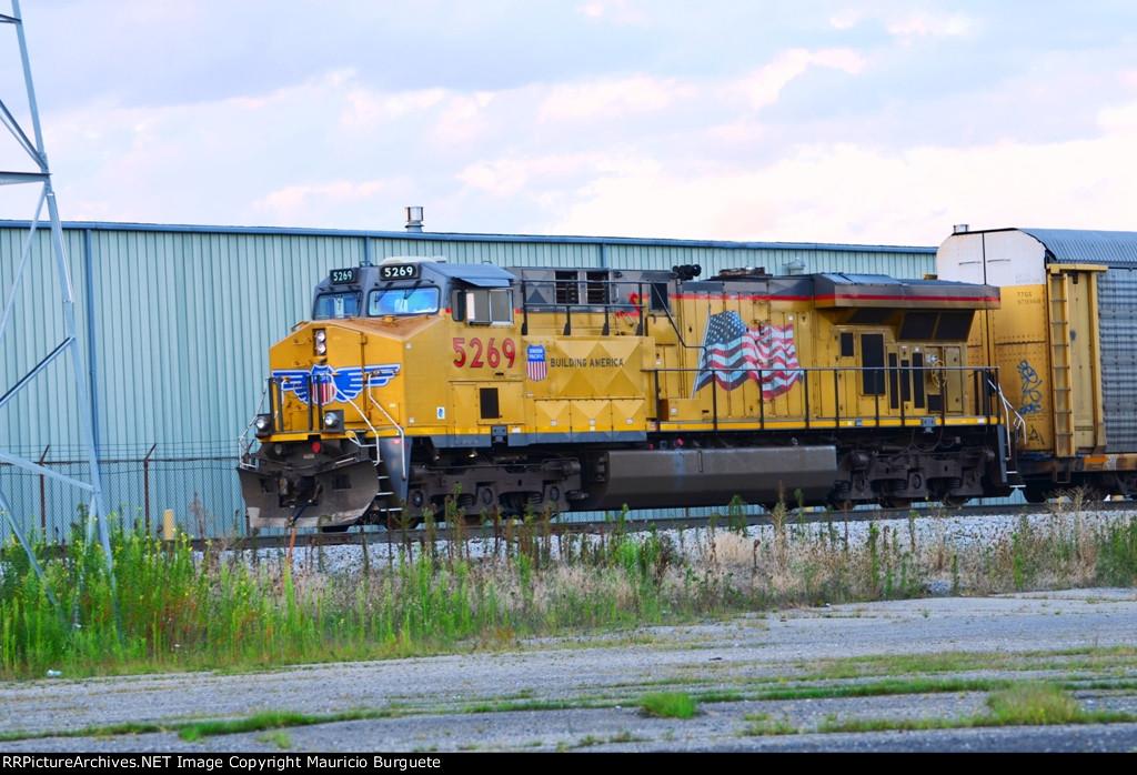 UP AC45CCTE leading Autoracks train