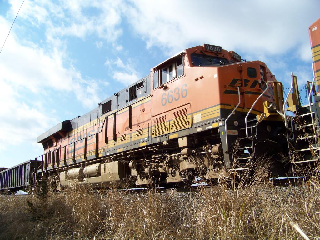 BNSF ES44C4 6636