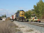 CSX 6101 brings D907 past a work crew sitting on Track 1