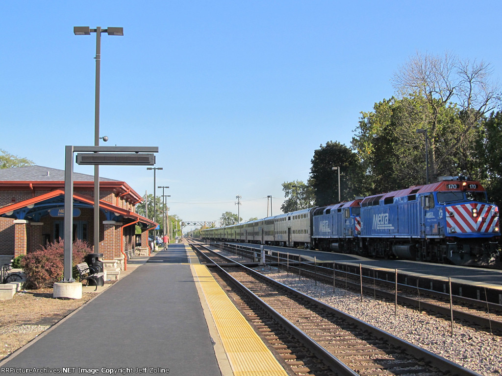 Metra UPNW Train at Edison Park