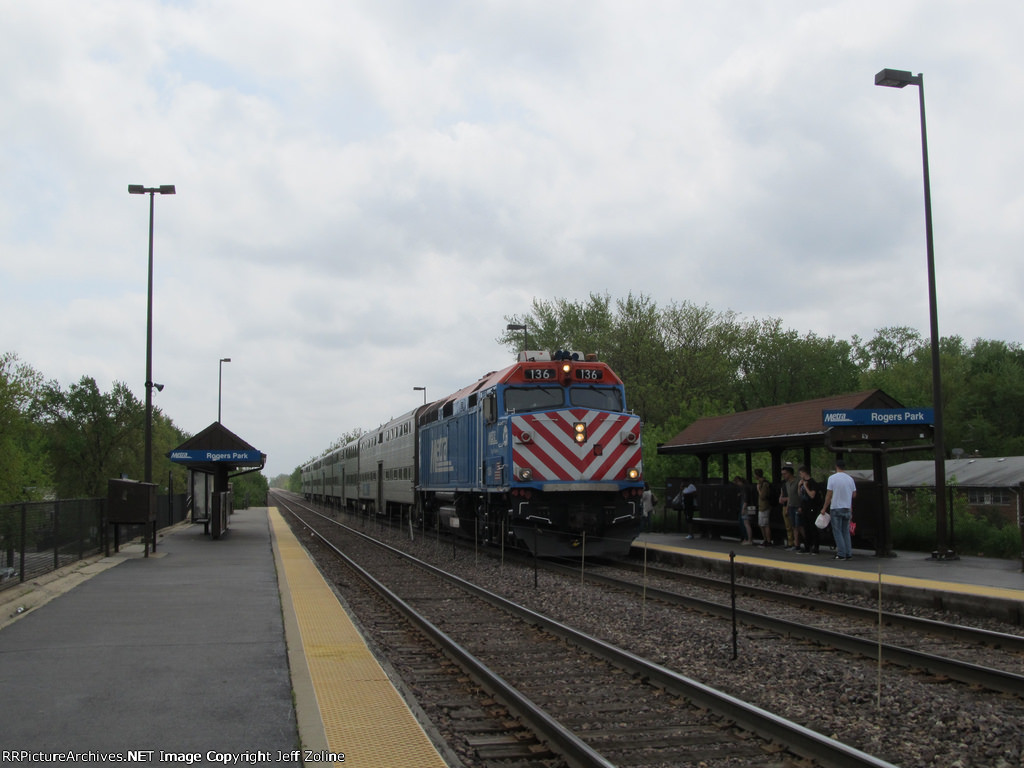Metra UPN Train at Rogers Park
