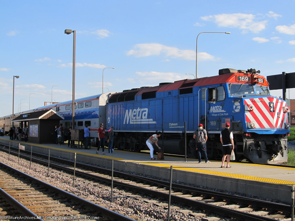 Metra UPNW Train at Clybourn