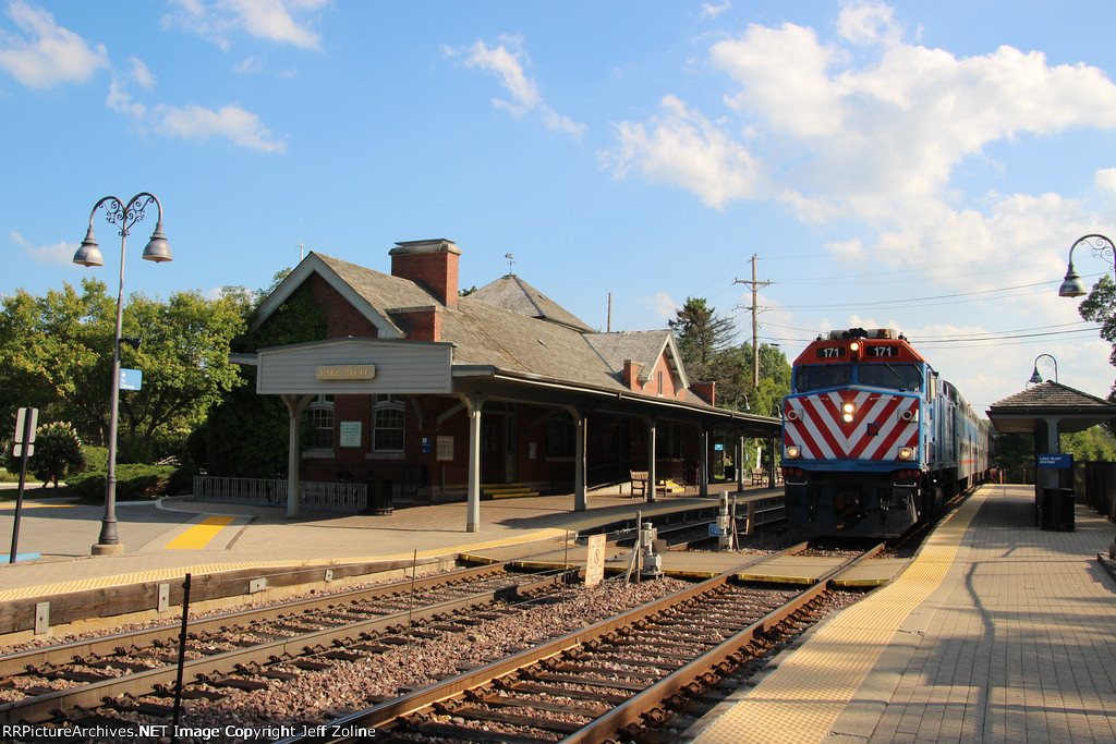 Metra UPN Train at Lake Bluff
