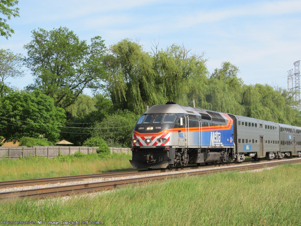 Metra MDN Train near Lehigh/Beckwith in Morton Grove