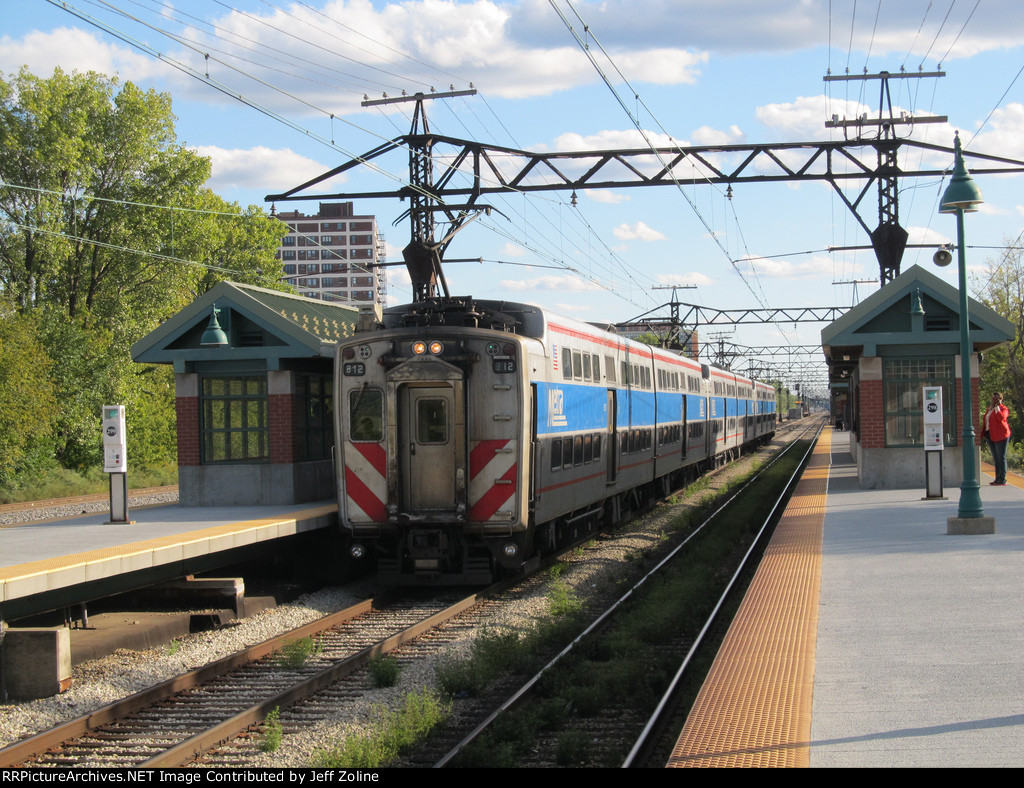 Metra Electric District Train stopping at 57th Street (Hyde Park) Station
