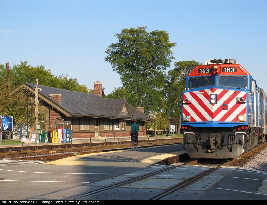 Metra UPNW Train passing Norwood Park