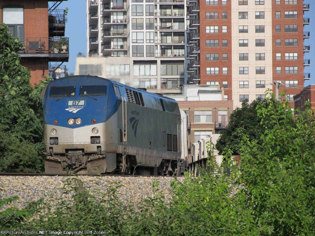 Amtrak Saluki Train rounding the curve near 16th/Prairie in Chicago