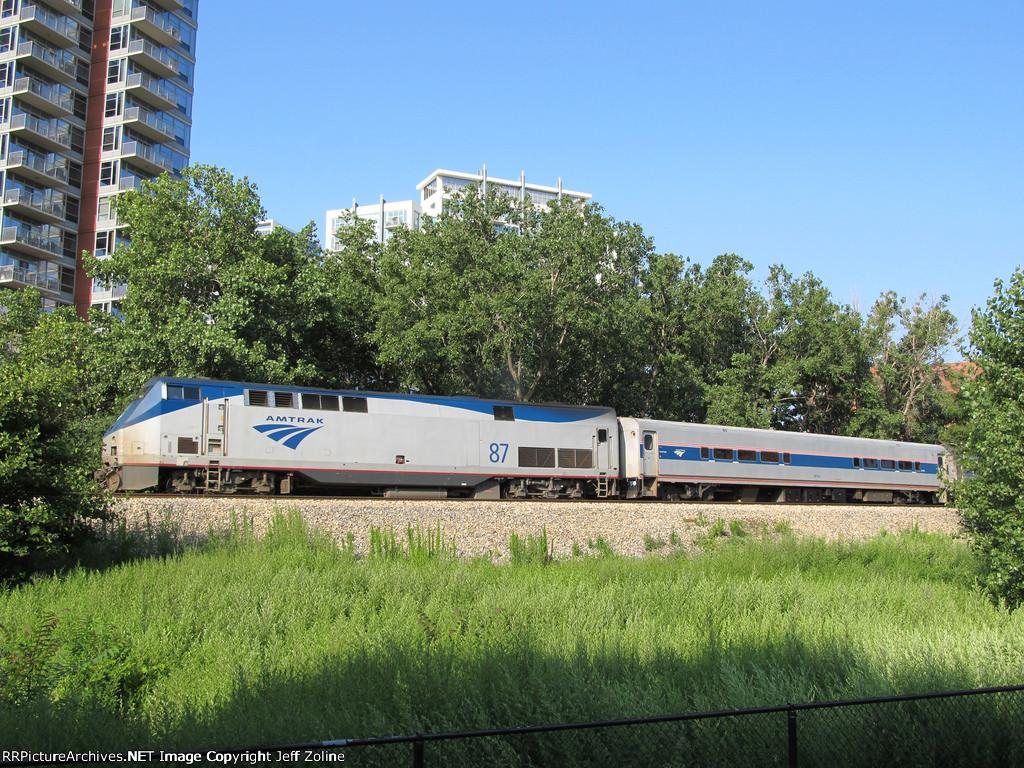 Amtrak Saluki Train rounding the curve near 16th/Prairie in Chicago