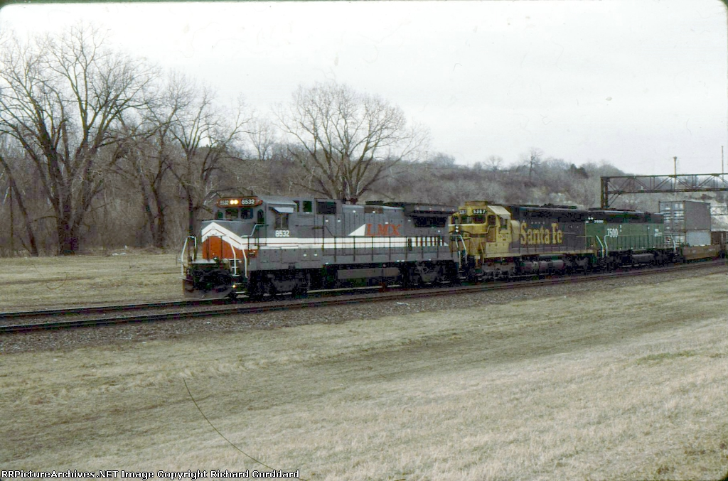 LMX Sante Fe and a BN B unit on a west bound stack train