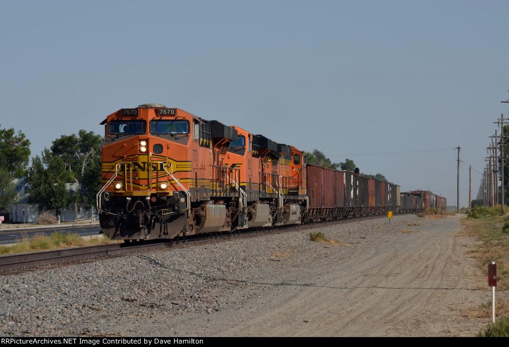 BNSF ES44DC 7670