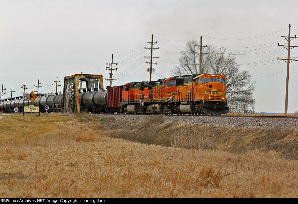 BNSF 9855 leads a oil can Sb.