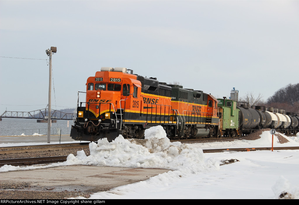 BNSF 2815 Works the Cosgrove turn.