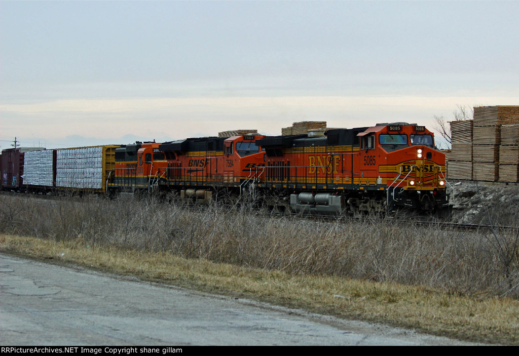 BNSF 5085 Leads a Sb freight into the siding.