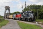 LSRC 2052 leads Z117 back into Saginaw Yard with the grain train from Breckenridge on the MMRR