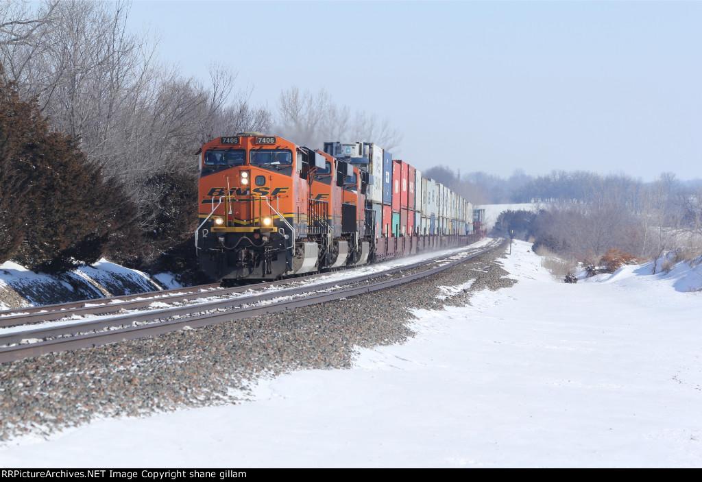 BNSF 7406 Slow's for tk speed near la plata mo.