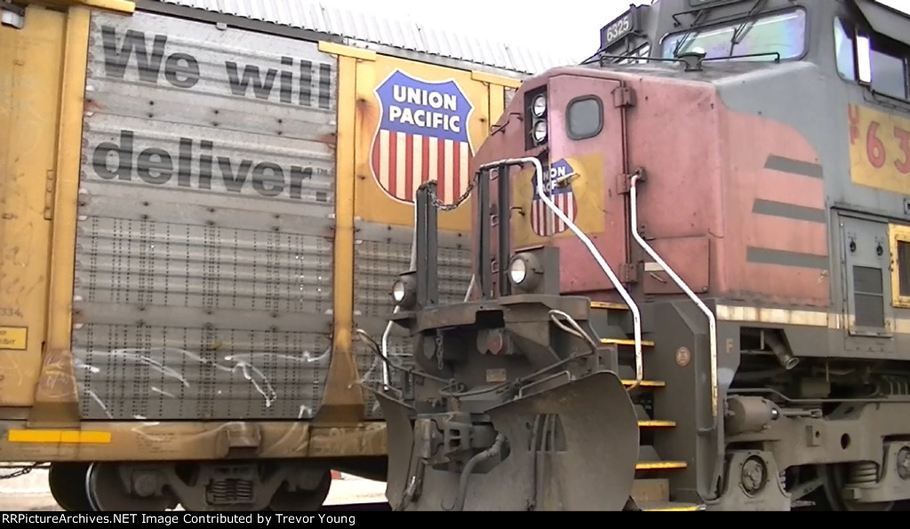 UP (ex SP) 6325 in Belvidere, Sep.1.2012