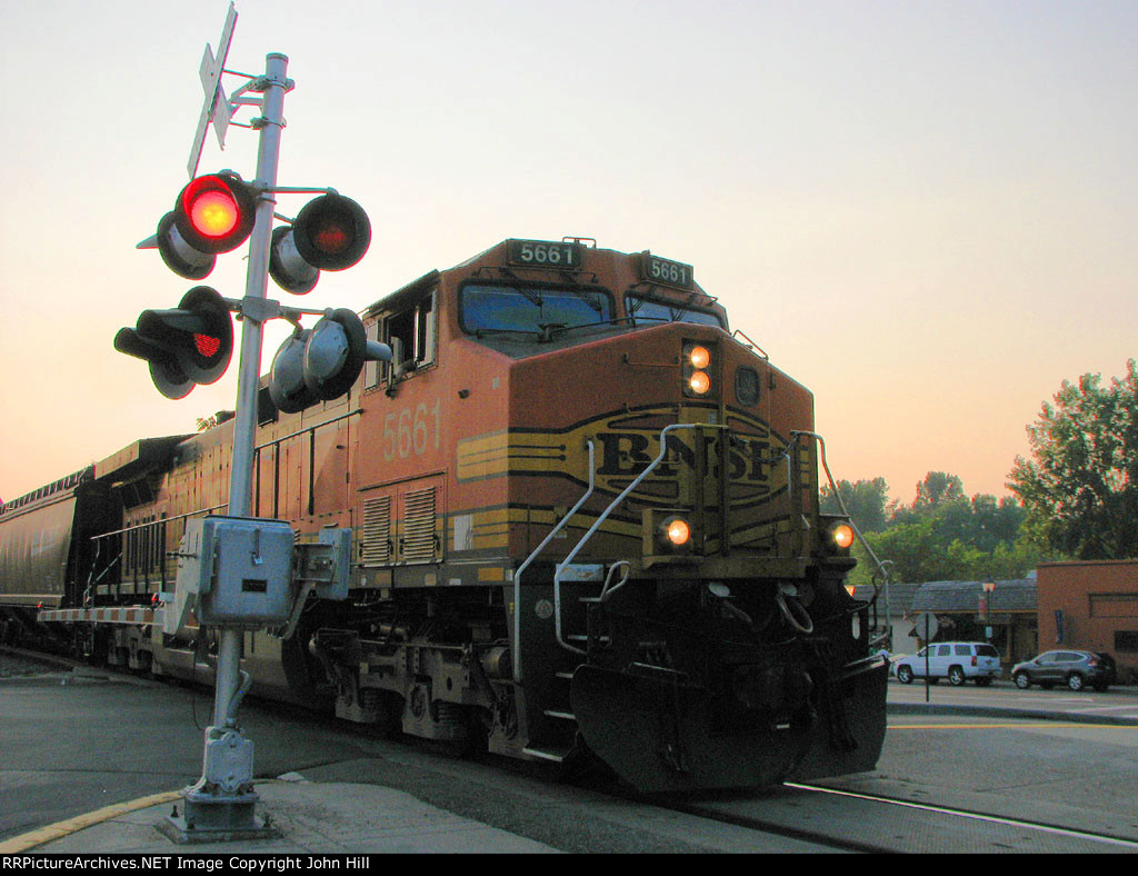 130710027 Eastbound BNSF manifest crossing Barry Ave at sunset