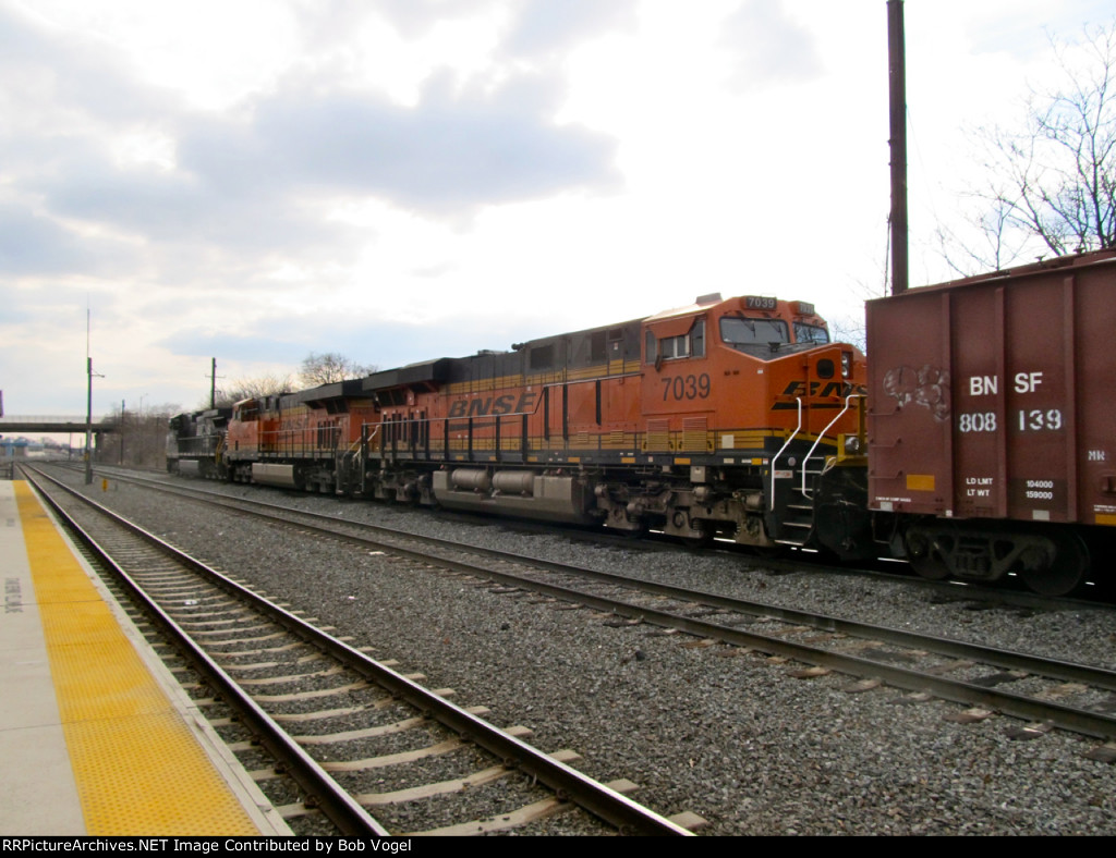 BNSF 7039 and 7454