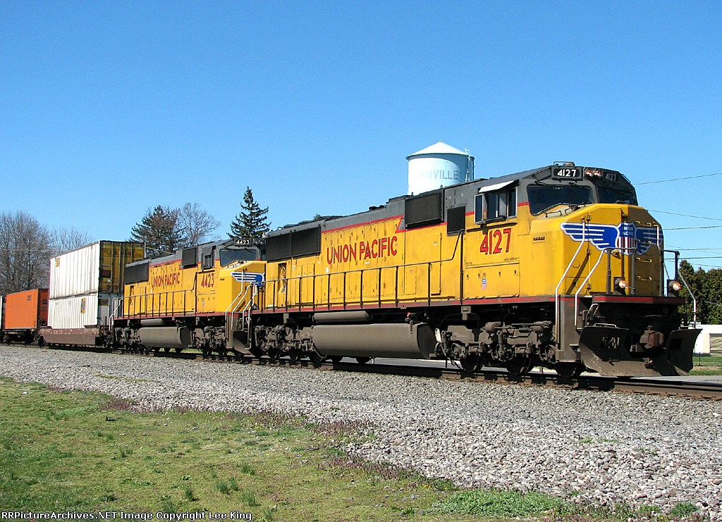 UP 4127 leads NS 214