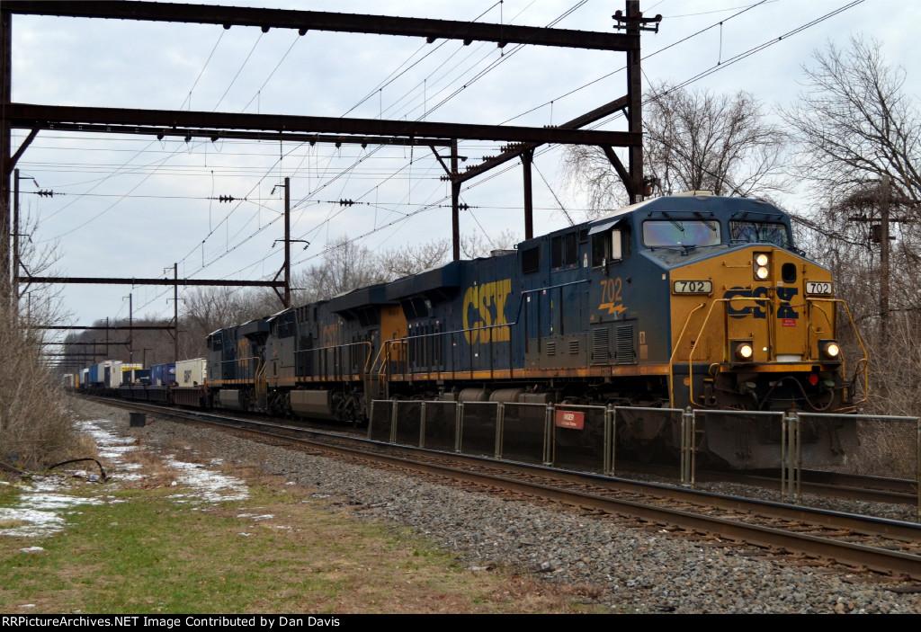 CSX ES44AH 702 leads Q034-31