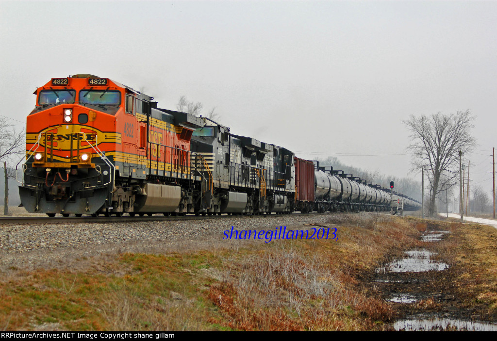 BNSF 4822 Takes a load of oil Sb.