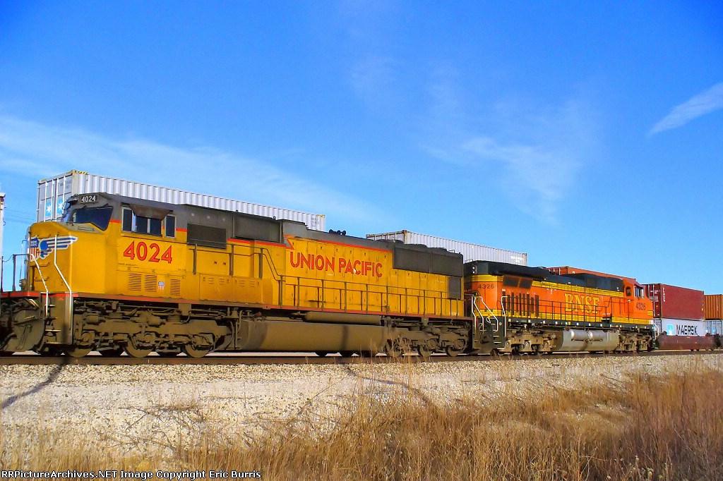 BNSF 4326 eastbound