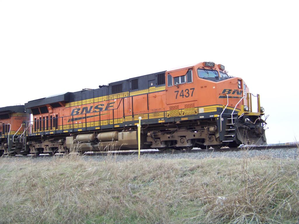 BNSF ES44DC 7437