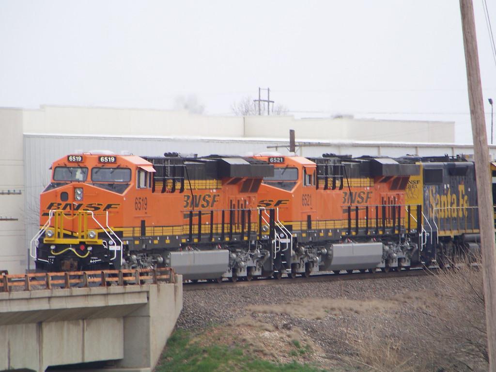 BNSF ES44C4s 6519 & 6521