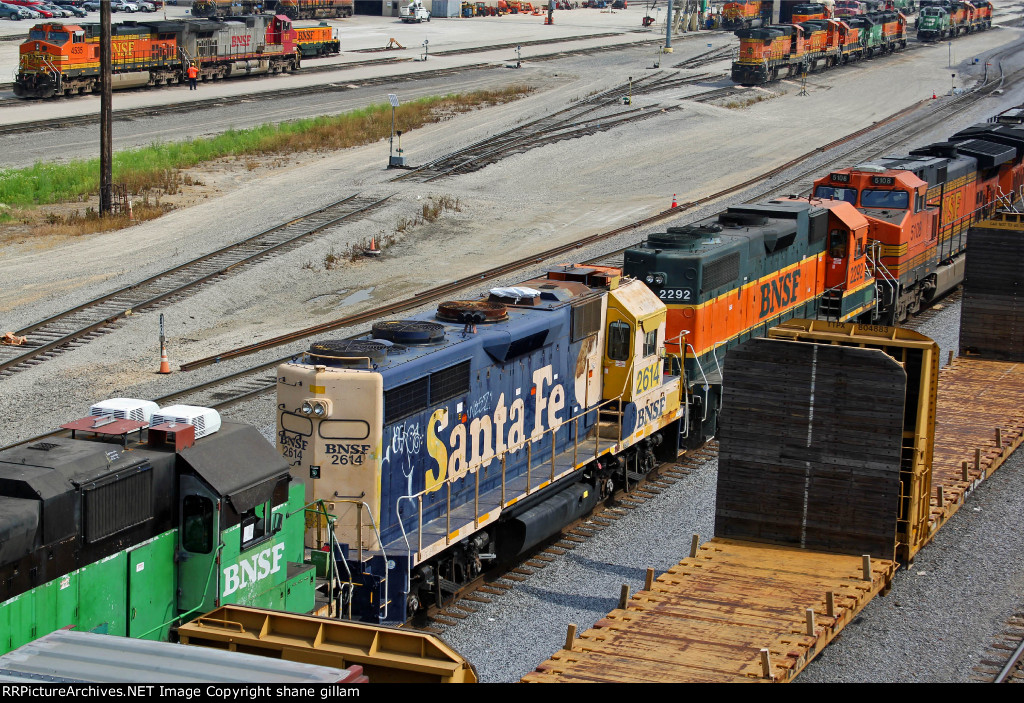 BNSF 2292 More old school power on this inbound freight train!!