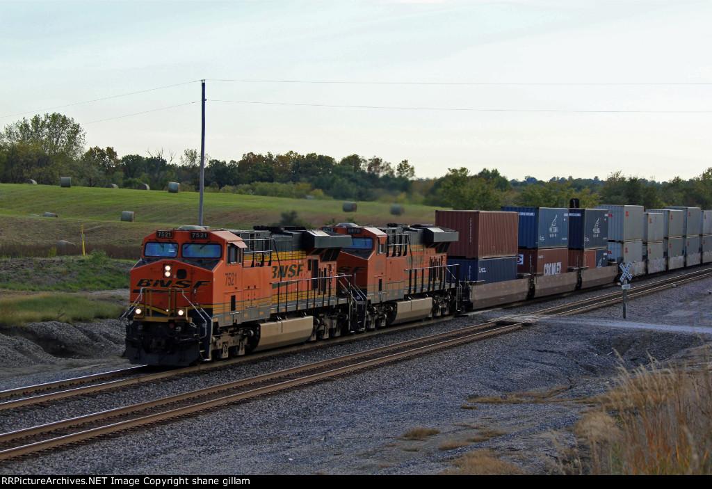 BNSF 7521 heads up a Eb.